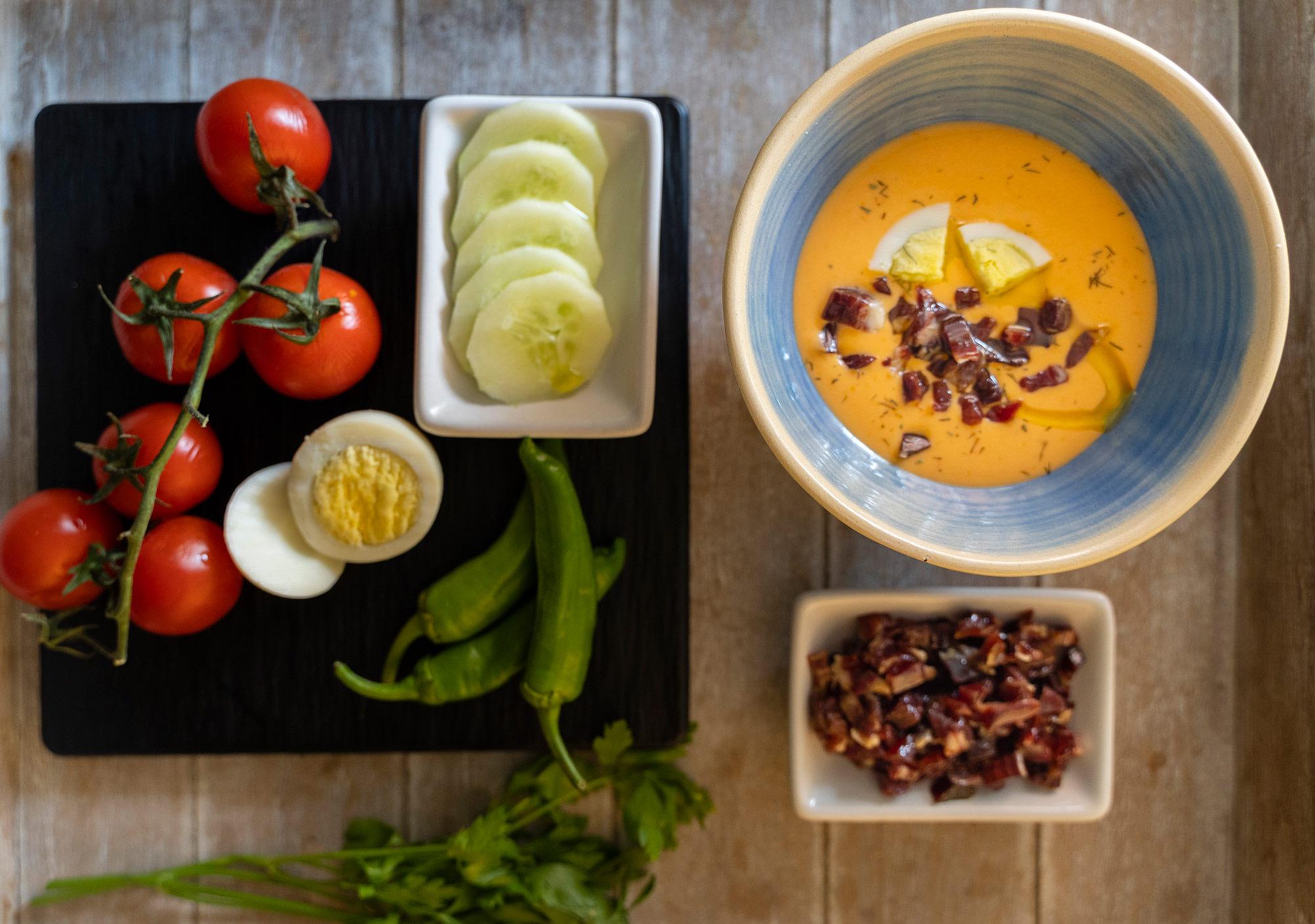 La mejor receta de salmorejo cordobés con taquitos de jamón