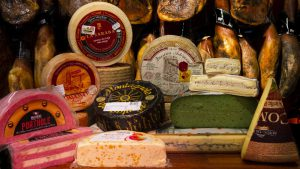 Quesos en Jamonería José Luis Romero. Más de 60 tipos de quesos en Jamonería José Luis Romero